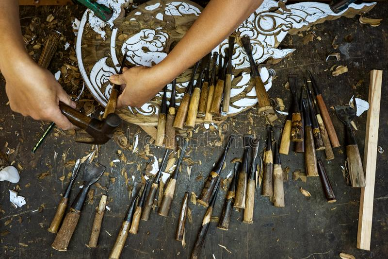 Τα ξύλινα εργαλεία είναι στον πίνακα κοντά στο προϊόν στοκ φωτογραφίες
