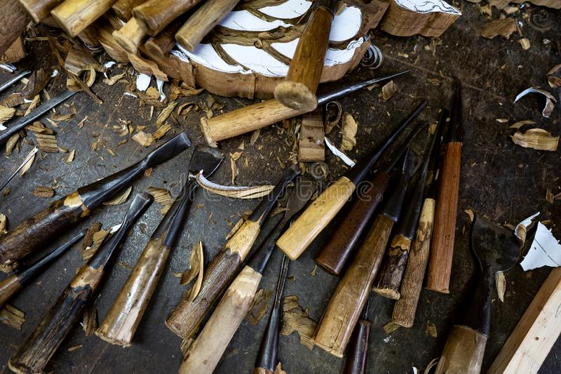 Τα ξύλινα εργαλεία είναι στον πίνακα κοντά στο προϊόν στοκ φωτογραφία με δικαίωμα ελεύθερης χρήσης