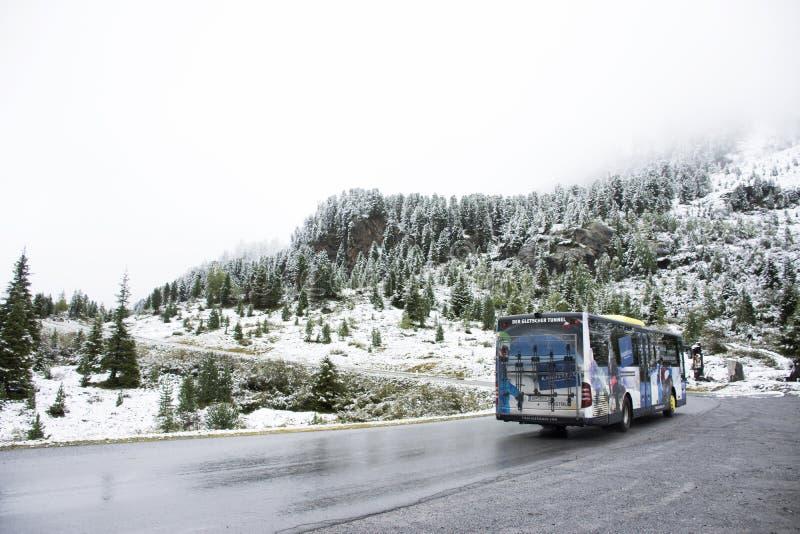 Τα οδηγώντας λεωφορεία οδηγών λεωφορείου φέρνουν τον ταξιδιωτικό επιβάτη πηγαίνουν να ολοκληρώσουν του βουνού στοκ εικόνες