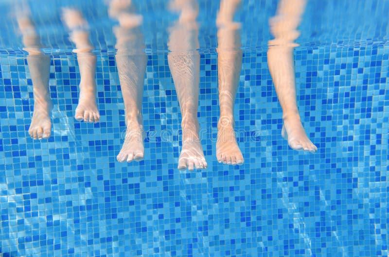 Τα οικογενειακά πόδια υποβρύχια στην πισίνα, κολυμπούν με τα παιδιά κάτω από την αστεία έννοια νερού, διακοπές με τα παιδιά στοκ φωτογραφίες με δικαίωμα ελεύθερης χρήσης