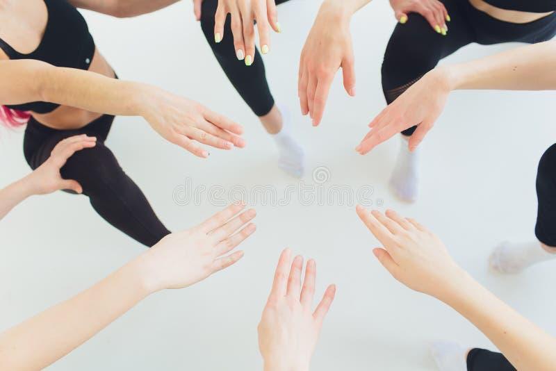 Τα οριζόντια στενά επάνω κορίτσια και οι τύποι νέων φωτογραφιών κρατούν σύμβολο πέντε χειρονομίας χεριών σωρών το μαζί υψηλό της  στοκ φωτογραφία με δικαίωμα ελεύθερης χρήσης