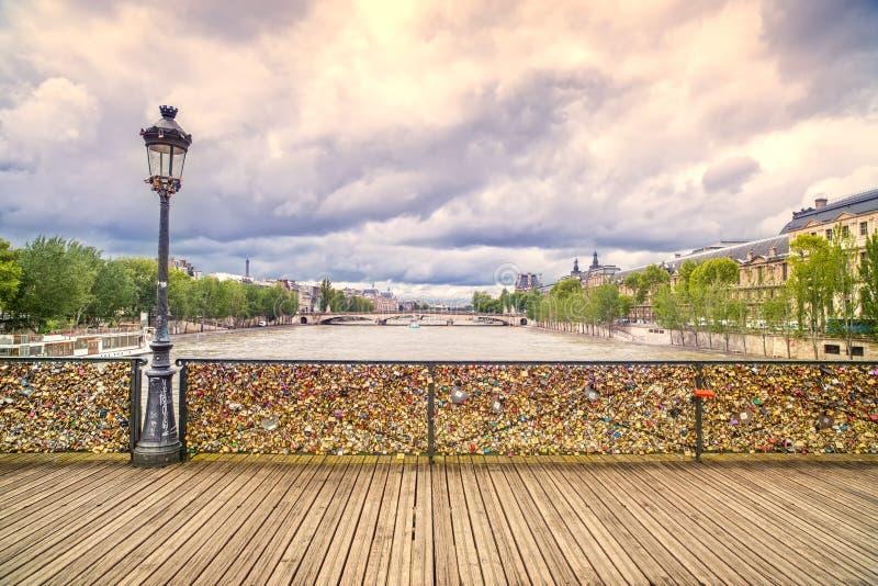 Τα λουκέτα αγάπης Pont des Arts γεφυρώνουν, ψαρεύουν με κάθετο δίχτυ τον ποταμό στο Παρίσι, Γαλλία. στοκ εικόνες με δικαίωμα ελεύθερης χρήσης