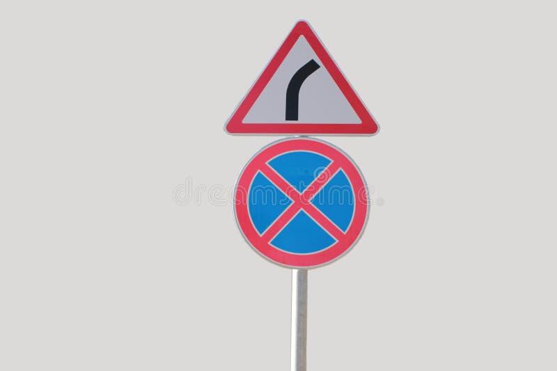 Τα οδικά σημάδια, που σταματούν και που σταθμεύουν είναι απαγορευμένη και επικίνδυνη στροφή στοκ εικόνες με δικαίωμα ελεύθερης χρήσης