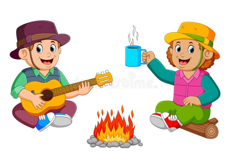 Τα παιδιά απολαμβάνουν το στρατόπεδο με το παιχνίδι της κιθάρας με ένα φλιτζάνι του καφέ διανυσματική απεικόνιση