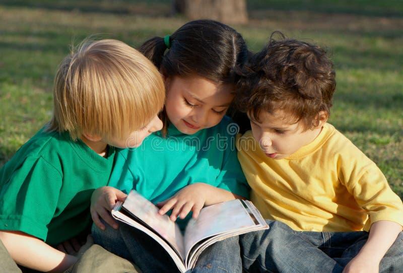 τα παιδιά βιβλίων ομαδοπ&omicr στοκ φωτογραφία με δικαίωμα ελεύθερης χρήσης