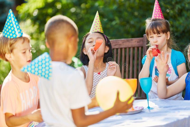 Τα παιδιά γιορτάζουν μαζί στο κόμμα στοκ εικόνα με δικαίωμα ελεύθερης χρήσης
