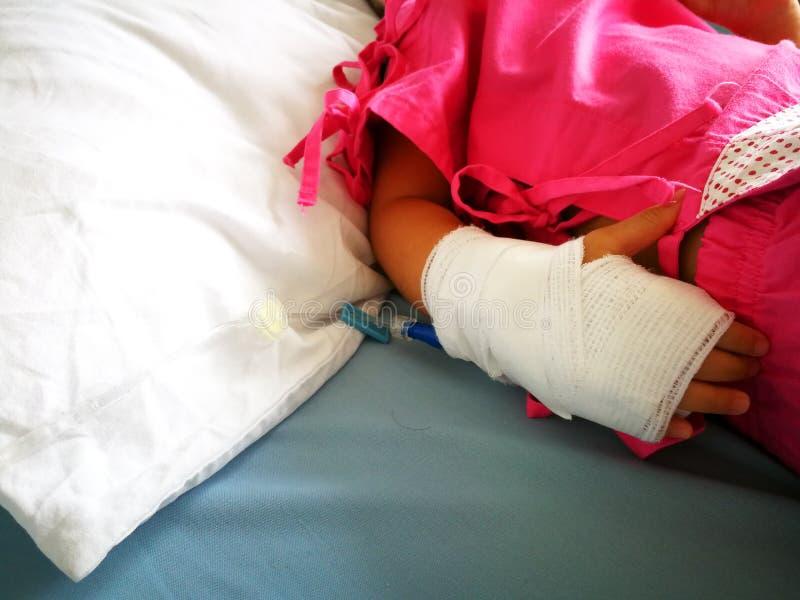 Τα παιδιά είναι άρρωστα και χρησιμοποιούν την αλατούχο λύση στο νοσοκομείο, αιτίες κλιματικής αλλαγής η γρίπη στοκ εικόνα