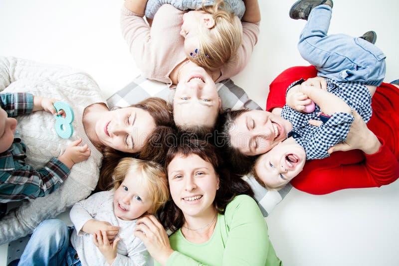 Τα παιδιά με τα moms στοκ φωτογραφία