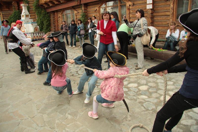 τα παιδιά παίζουν τον πόλεμο ρυμουλκών στοκ εικόνα με δικαίωμα ελεύθερης χρήσης