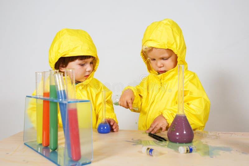 Τα παιδιά παίζουν το παιχνίδι φαρμακοποιών στο σπίτι στοκ εικόνες με δικαίωμα ελεύθερης χρήσης
