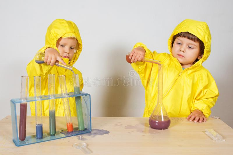 Τα παιδιά παίζουν το παιχνίδι φαρμακοποιών στο σπίτι στοκ φωτογραφίες με δικαίωμα ελεύθερης χρήσης
