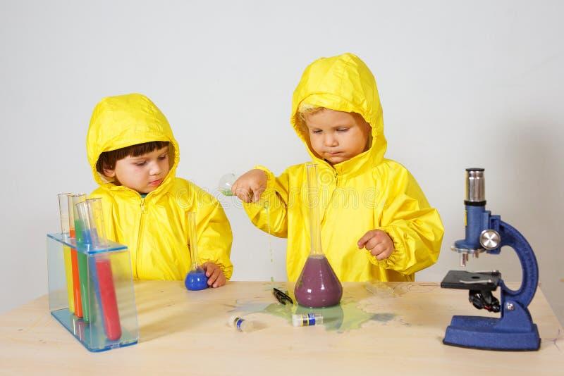 Τα παιδιά παίζουν το παιχνίδι φαρμακοποιών στο σπίτι στοκ εικόνες