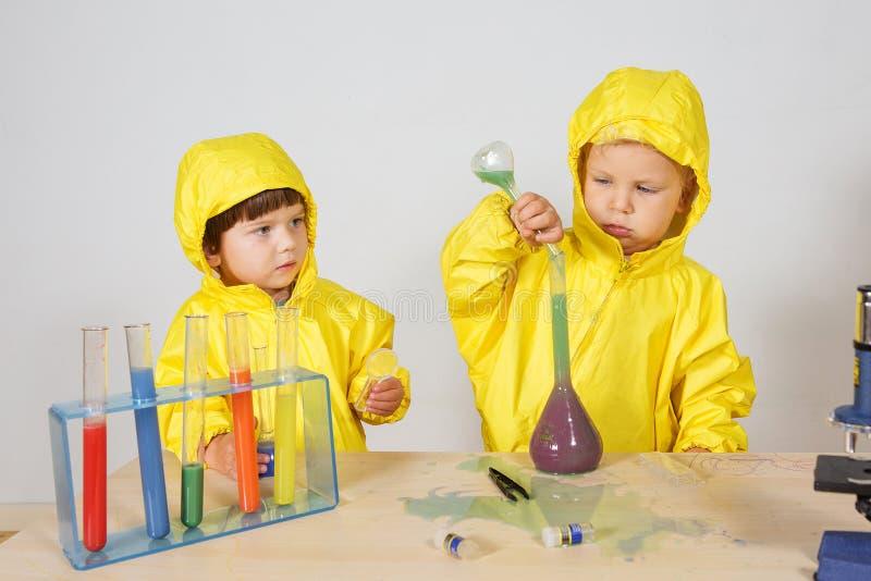 Τα παιδιά παίζουν το παιχνίδι φαρμακοποιών στο σπίτι στοκ φωτογραφίες
