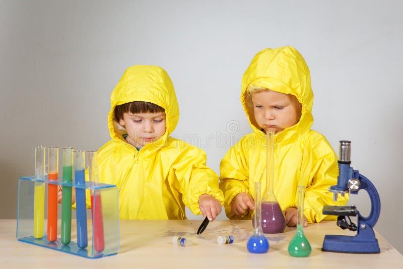 Τα παιδιά παίζουν το παιχνίδι φαρμακοποιών στο σπίτι στοκ φωτογραφία με δικαίωμα ελεύθερης χρήσης