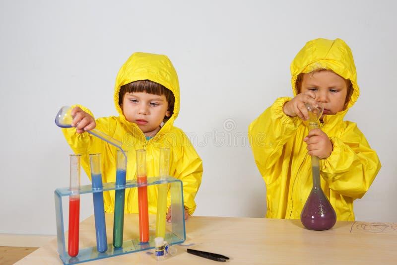 Τα παιδιά παίζουν το παιχνίδι φαρμακοποιών στο σπίτι στοκ εικόνα