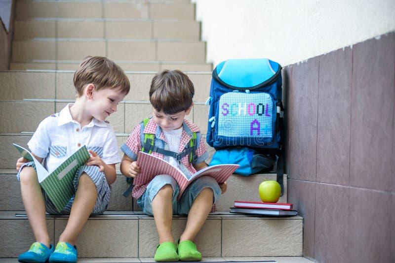Τα παιδιά πηγαίνουν πίσω στο σχολείο Έναρξη του νέου σχολικού έτους μετά από το summe στοκ εικόνες