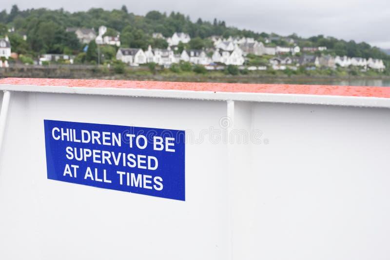 Τα παιδιά που εποπτεύονται ανά πάσα στιγμή υπογράφουν το νέο νησί της Σκωτίας παιδιών ασφάλειας Rothesay στοκ εικόνα με δικαίωμα ελεύθερης χρήσης