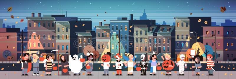 Τα παιδιά που φορούν τα κοστούμια τεράτων που περπατούν τα τεχνάσματα υποβάθρου εικονικής παράστασης πόλης έννοιας πόλης διακοπών διανυσματική απεικόνιση