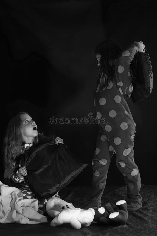 Τα παιδιά στις πυτζάμες έχουν pilllow την πάλη, διάστημα αντιγράφων στοκ φωτογραφίες με δικαίωμα ελεύθερης χρήσης