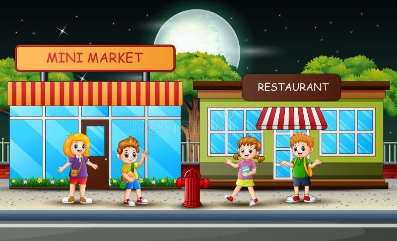 Τα παιδιά σχολείου περπατούν μετά από τη μίνι αγορά και το εστιατόριο ελεύθερη απεικόνιση δικαιώματος