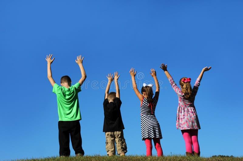 Τα παιδιά φθάνουν προς τους ουρανούς στοκ εικόνα με δικαίωμα ελεύθερης χρήσης