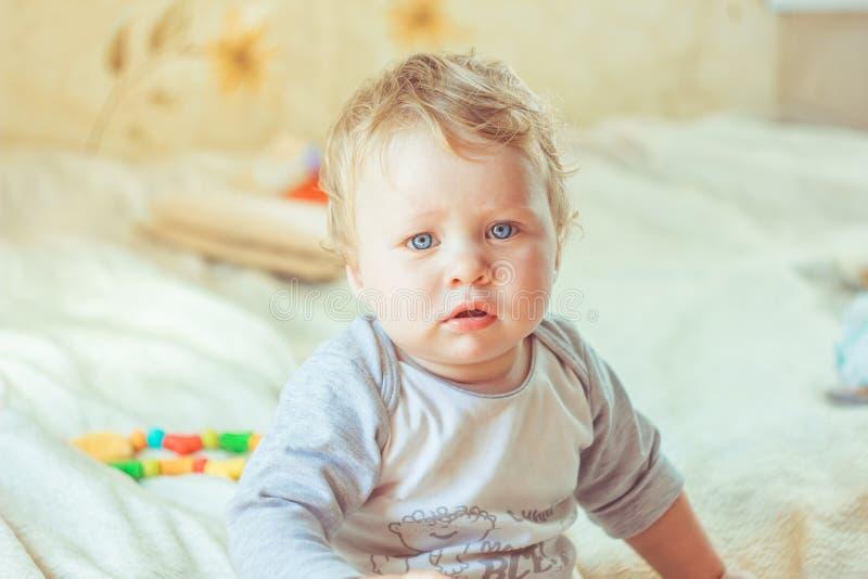 Τα παιδικά παιχνίδια στο κρεβάτι στοκ φωτογραφίες