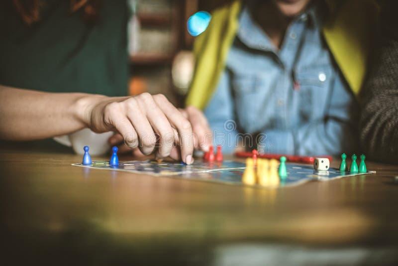 Τα παιχνίδια ελεύθερου χρόνου με τους φίλους είναι καλός τρόπος να χαλαρώσουν στοκ εικόνες με δικαίωμα ελεύθερης χρήσης