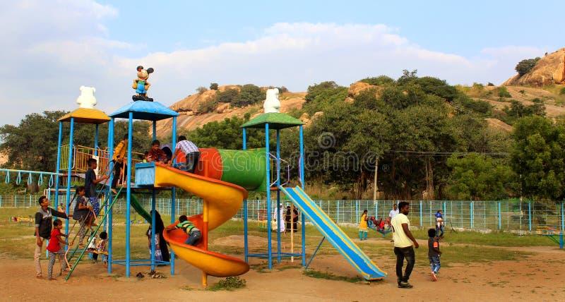 Τα παιχνίδια παιδιών στο πάρκο στο sittanavasal ναό σπηλιών σύνθετο στοκ εικόνα