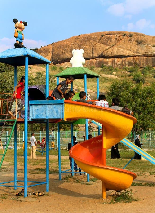 Τα παιχνίδια παιδιών στο πάρκο στο sittanavasal ναό σπηλιών σύνθετο στοκ εικόνες