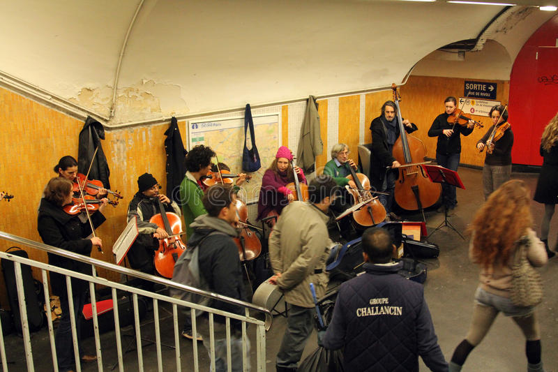 Τα παιχνίδια ορχηστρών στο σταθμό μετρό στο Παρίσι στοκ φωτογραφία