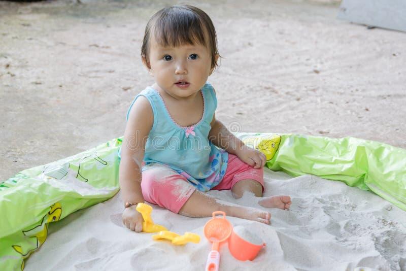 Τα παιχνίδια παιχνιδιού μωρών στην άμμο στο σπίτι, είναι φανταστικά στη βοήθεια μιας ανάπτυξης μικρών παιδιών s και αυτό τέτοια δ στοκ φωτογραφία