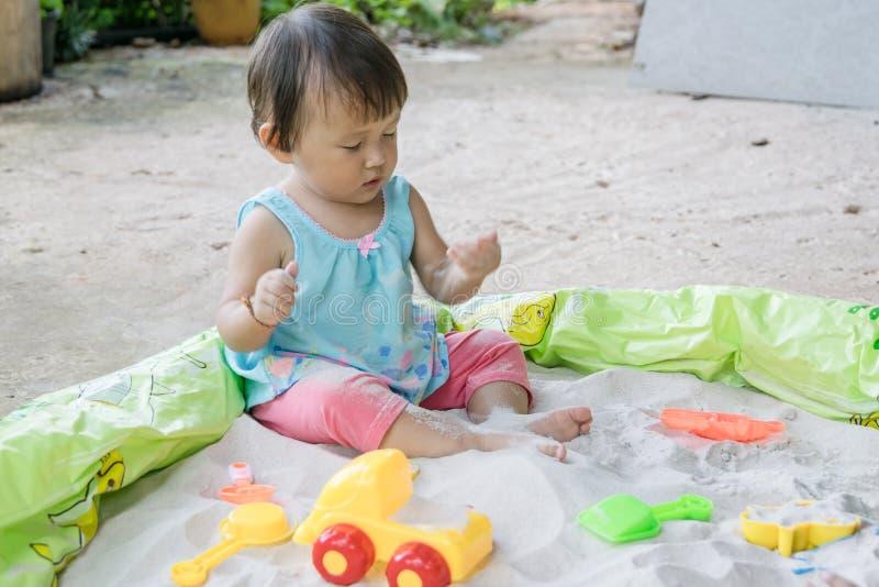 Τα παιχνίδια παιχνιδιού μωρών στην άμμο στο σπίτι, είναι φανταστικά στη βοήθεια μιας ανάπτυξης μικρών παιδιών s και αυτό τέτοια δ στοκ εικόνα με δικαίωμα ελεύθερης χρήσης