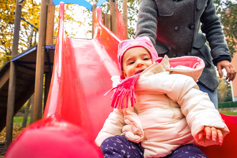 Τα παιδιά γλιστρούν χειμερινή αναψυχή παιδικών χαρών πάρκων την υπαίθρια στοκ εικόνα