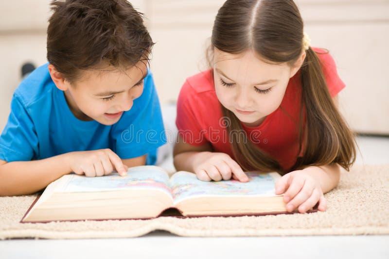 Τα παιδιά διαβάζουν το βιβλίο στοκ εικόνα με δικαίωμα ελεύθερης χρήσης