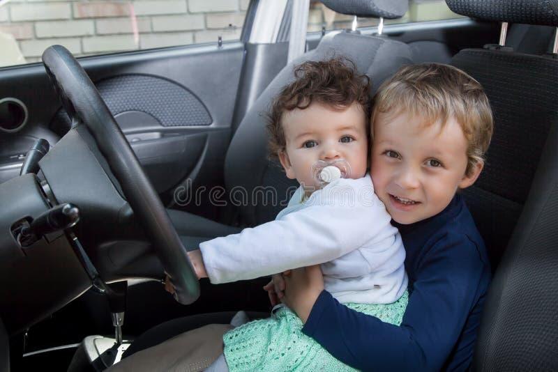 Τα παιδιά κάθονται στο αυτοκίνητο στοκ εικόνα με δικαίωμα ελεύθερης χρήσης