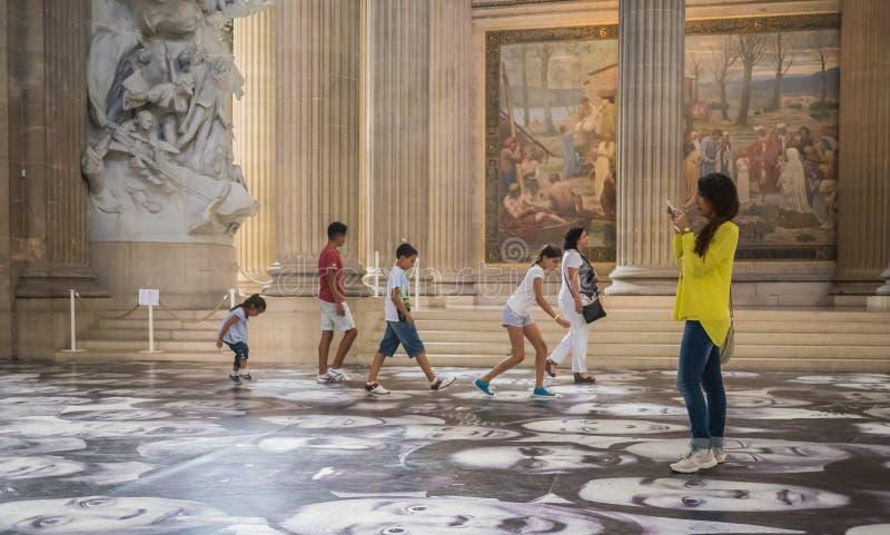 Τα παιδιά και οι τουρίστες απολαμβάνουν τα πρόσωπα JR στο πάτωμα του Παρισιού Pantheon στοκ φωτογραφία με δικαίωμα ελεύθερης χρήσης