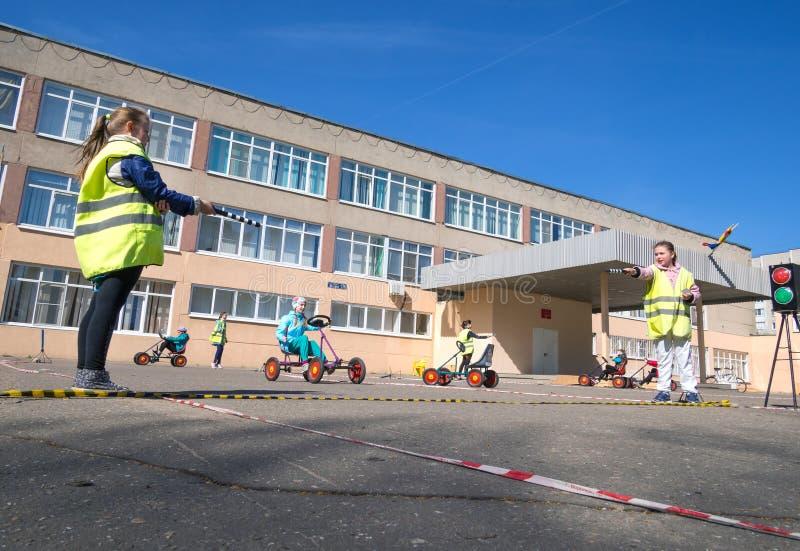 Τα παιδιά μαθαίνουν τους κανόνες του δρόμου υπό μορφή παιχνιδιού στοκ φωτογραφία με δικαίωμα ελεύθερης χρήσης