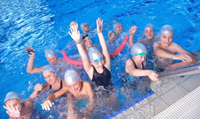 Τα παιδιά ομαδοποιούν στην πισίνα στοκ εικόνες