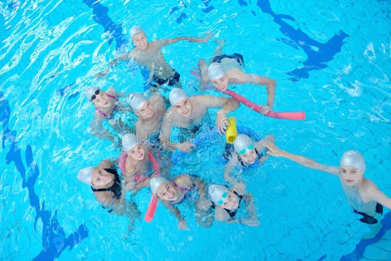 Τα παιδιά ομαδοποιούν στην πισίνα στοκ φωτογραφίες