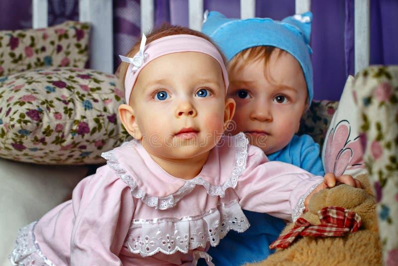 Τα παιδιά παίζουν στο βρεφικό σταθμό στοκ φωτογραφία με δικαίωμα ελεύθερης χρήσης