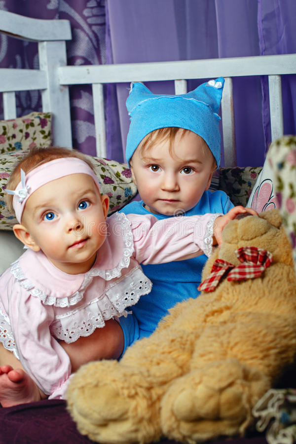 Τα παιδιά παίζουν στο βρεφικό σταθμό στοκ φωτογραφίες με δικαίωμα ελεύθερης χρήσης