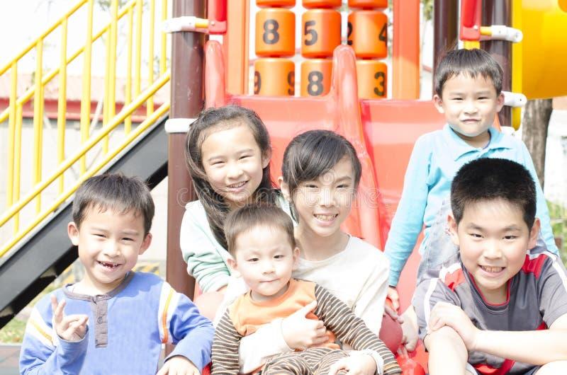 Τα παιδιά παίζουν στο λούνα παρκ από κοινού στοκ φωτογραφία με δικαίωμα ελεύθερης χρήσης