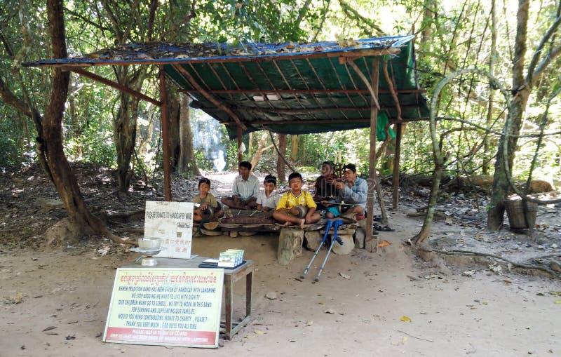 Τα παιδιά παίζουν τη μουσική για τη δωρεά στοκ φωτογραφίες με δικαίωμα ελεύθερης χρήσης