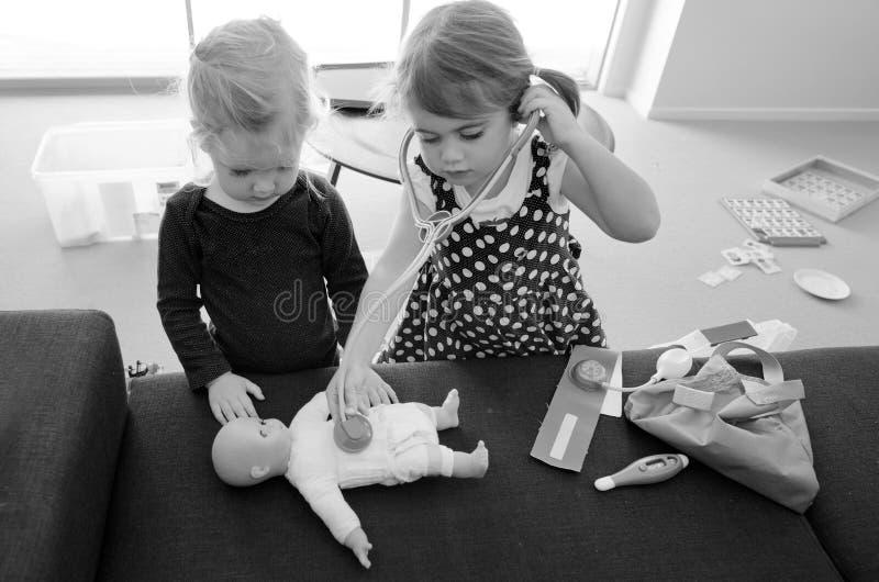Τα παιδιά παίζουν το γιατρό στοκ φωτογραφία