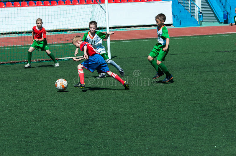 Τα παιδιά παίζουν το ποδόσφαιρο στοκ εικόνες με δικαίωμα ελεύθερης χρήσης