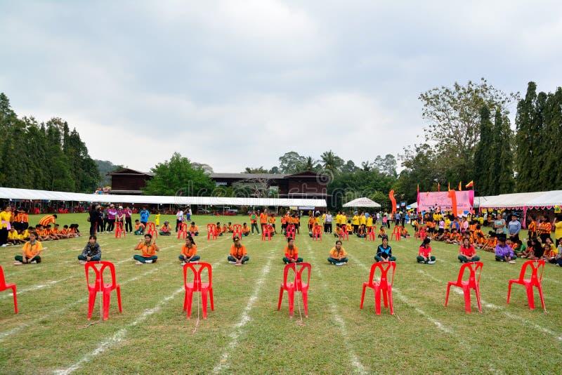 Τα παιδιά που κάνουν μια ομαδική εργασία τρέχουν τον αγώνα στην αθλητική ημέρα παιδικών σταθμών στοκ εικόνα