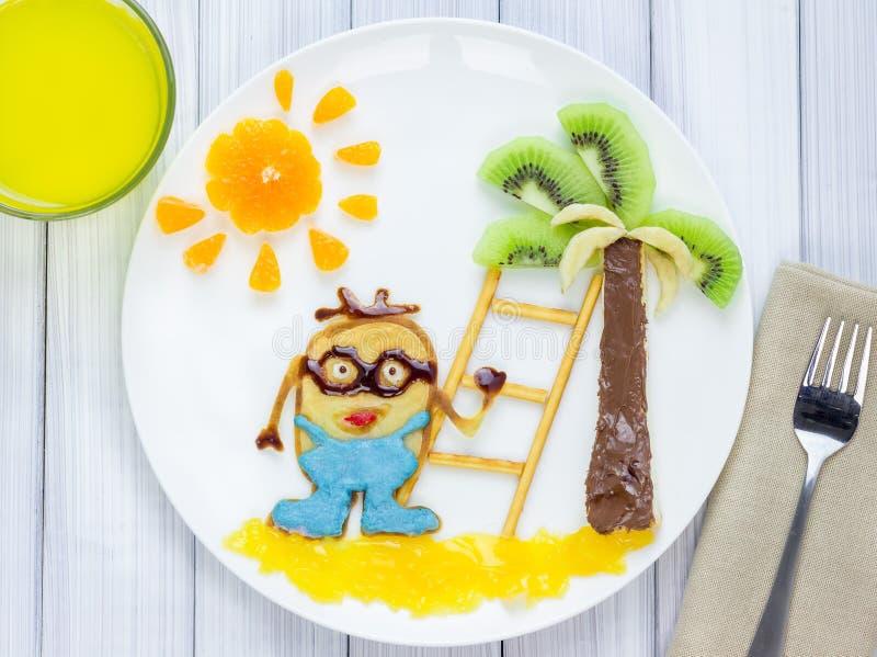 Τα παιδιά προγευματίζουν με τις τηγανίτες και τα φρούτα Ήρωας κινούμενων σχεδίων στοκ φωτογραφία με δικαίωμα ελεύθερης χρήσης