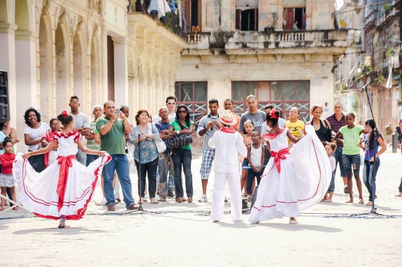 Τα παιδιά στα παραδοσιακά κουβανικά ενδύματα αποδίδουν στην οδό στοκ φωτογραφία με δικαίωμα ελεύθερης χρήσης