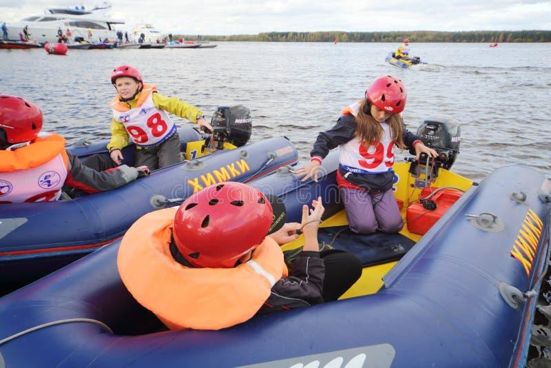 Τα παιδιά στις διογκώσιμες βάρκες στη φυλή Powerboat παρουσιάζουν 2012 στοκ εικόνες