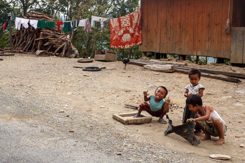 Τα παιδιά στο πηγούνι δηλώνουν την περιοχή, το Μιανμάρ στοκ φωτογραφίες με δικαίωμα ελεύθερης χρήσης